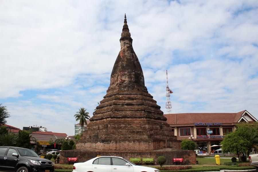 LaosThai1201_Laos_Vientiane_ThatDam